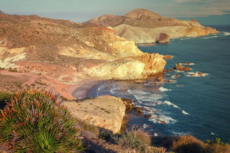 Panoramisch vom Kohlenstoffstrand und -eingang zu Chicre-Strand, Cabo De Gata Natural Park, Almeria, Spanien stockfotos