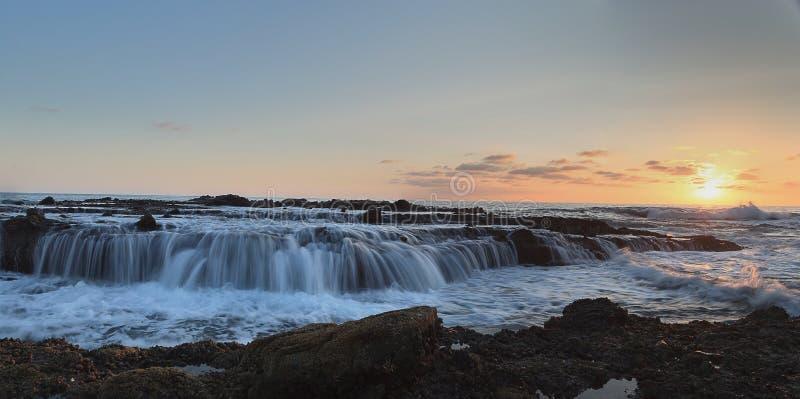 Panoramisch von Victoria-Strand schaukelt mit dem Wasserfließen stockfotografie