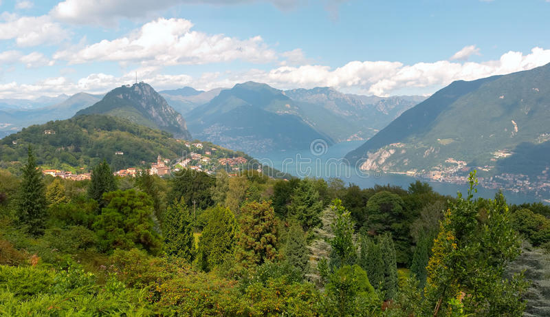 Panoramische Ansicht über Lugano See stockbild