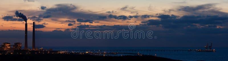 Panoramische Ansicht über Mittelmeer und Fabrik. stockfoto
