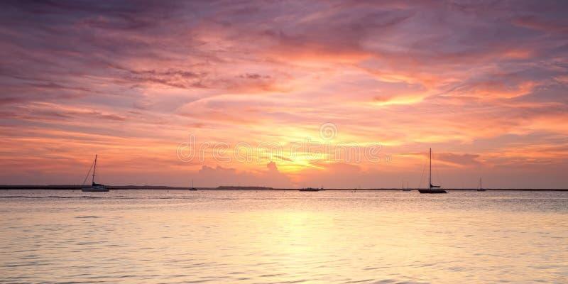 Panoramische Ansicht des orange Sonnenuntergangs auf Atlantik stockbild