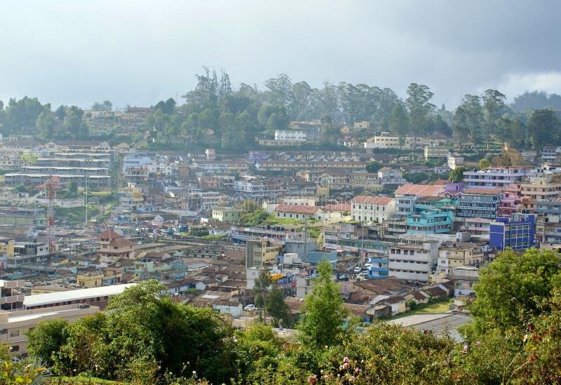 Panoramische Ansicht einer Stadt vereinbarte auf Hügel stockfotos