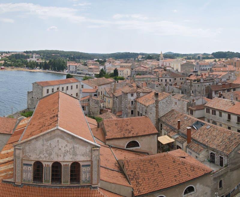 Panoramische Ansicht unten der Stadt Porec lizenzfreie stockfotos