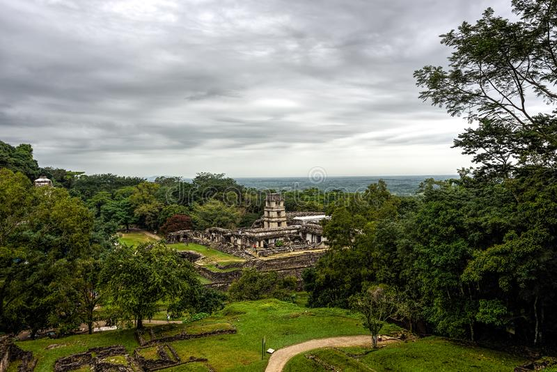 Panoramische Aussicht von altem Mayastadtstaat lizenzfreies stockbild