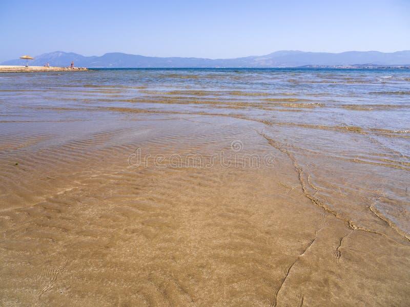 Panoramische beelden van het zandstrand, bergen het eiland Evia op het strand van Liani Ammos in Halkida, Griekenland, op een zon royalty-vrije stock foto