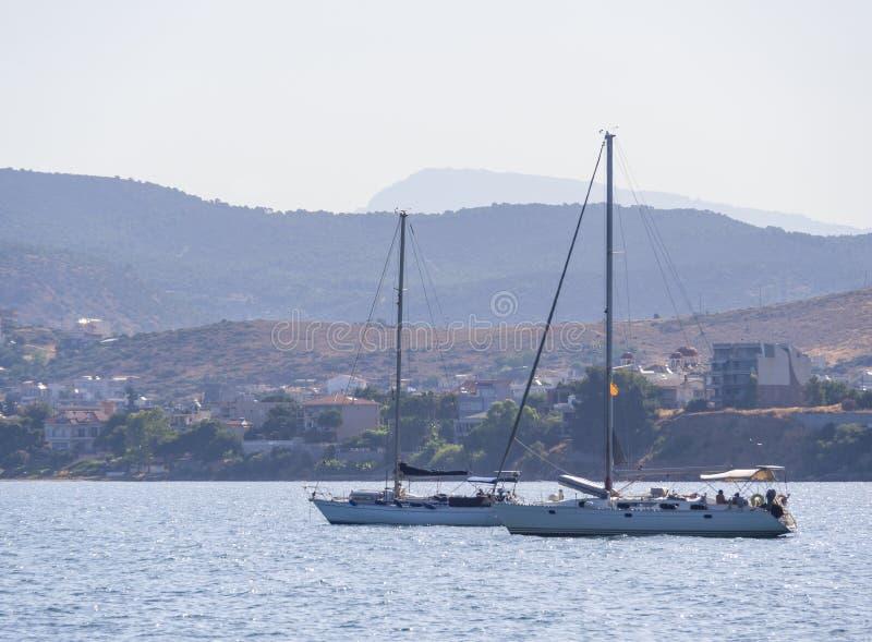 Panoramische beelden van zee, de bergen en jachten op het strand van Liani Ammos in Halkida, Griekenland, op een zonnige zomerdag  stock foto's