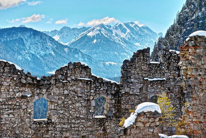 Panoramische bergmening van kasteelruïne bij de winter royalty-vrije stock afbeelding