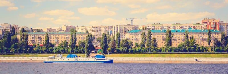 Panoramische cityscape en schepen, mening van de rivierkant Het stemmen in de stijl van instagram royalty-vrije stock foto