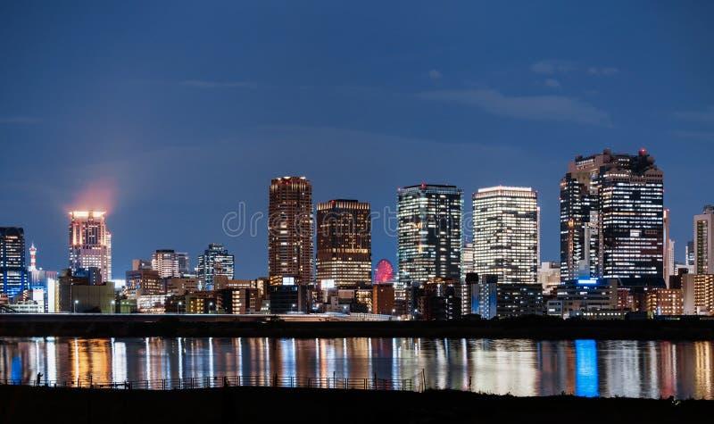 Panoramische cityscape van bedrijfsdistrict in de stad van Osaka, Japan bij nacht stock foto