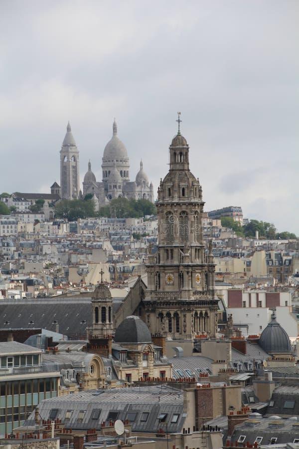 Panoramische Dak Hoogste mening van Parijs, de basiliek van Sacre Coeur en Triniti-kerk, Parijs royalty-vrije stock fotografie