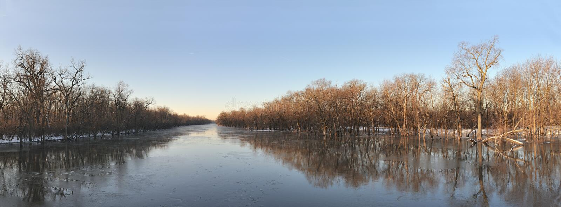 Panoramische de rivier van de winter royalty-vrije stock afbeelding