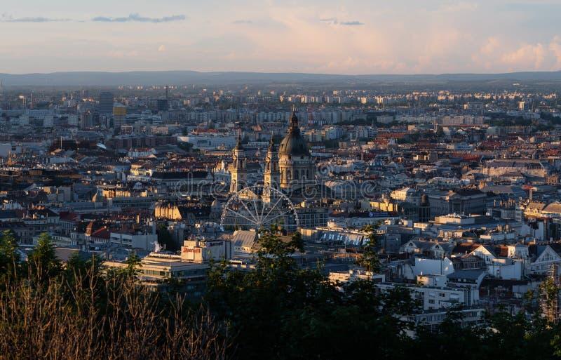 Panoramische de stadsmening van Boedapest in Hongarije bij de zomer in zonsondergang stock fotografie