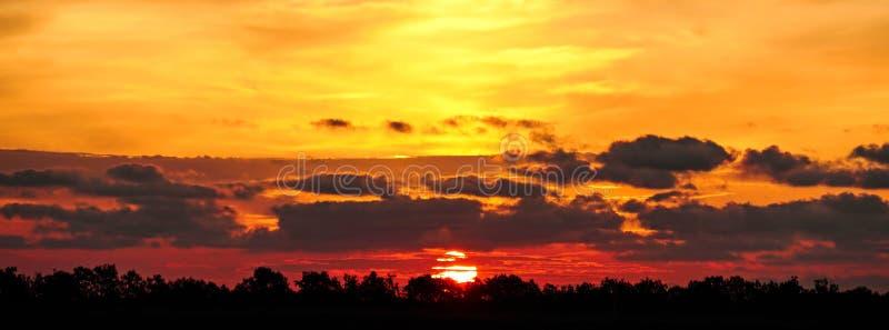 Panoramische dramatische zonsondergang met de hemel van de schemeringkleur stock foto's
