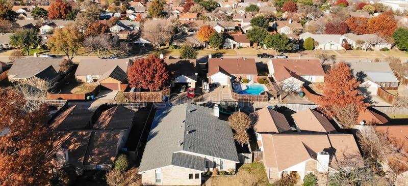 Panoramische Draufsichtwohnhäuser mit Garten, Garage und bunten Blättern nahe Dallas stockfoto
