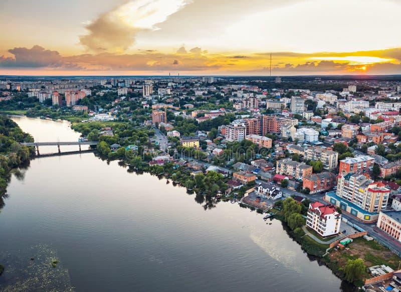 Panoramische europäische provinzielle Landstadt oder Großstadt mit Fluss, Brummenluftbild Vinnitsa, Ukraine-Sonnenuntergang lizenzfreie stockfotografie