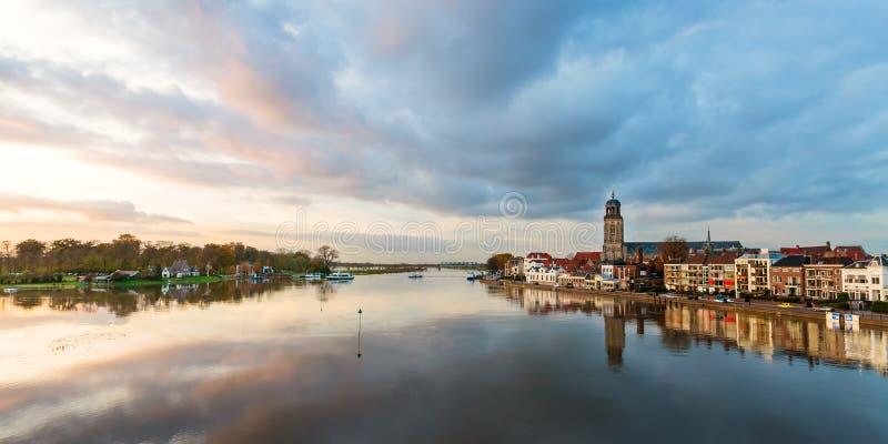 Panoramische Flussansicht der niederländischen historischen Stadt Deventer stockbild
