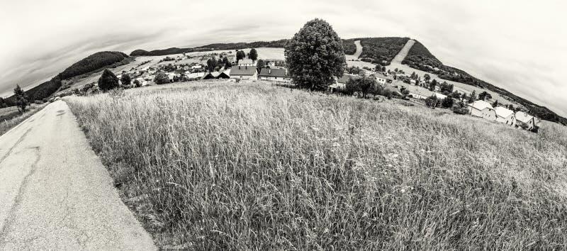 Panoramische foto van Cicmany-dorp, kleurloos Slowakije, stock afbeeldingen