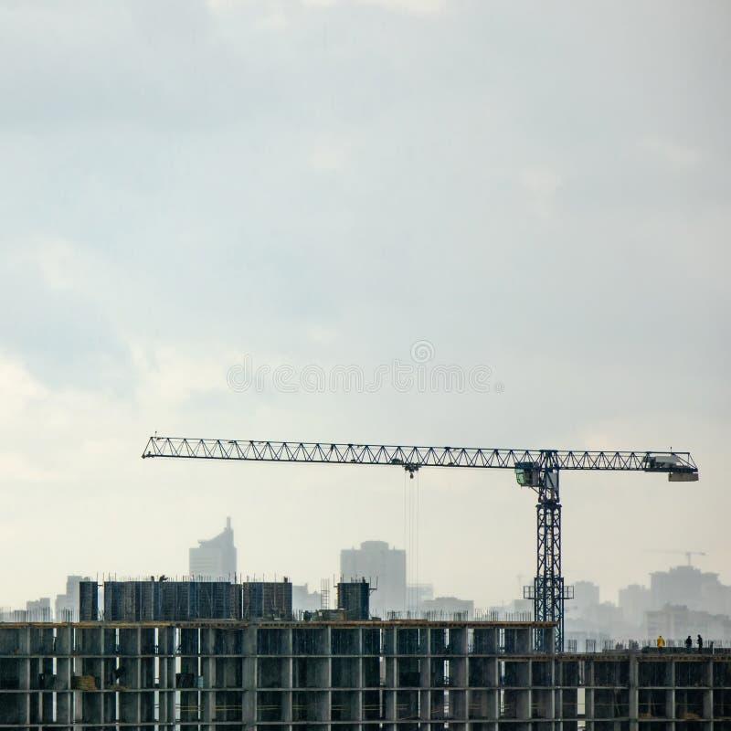 Panoramische foto van de hommel van de bouw in aanbouw met kraan tegen een bewolkte hemel stock afbeelding