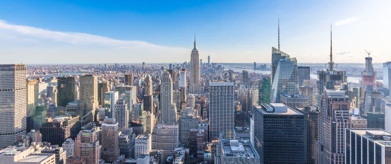 Panoramische foto van de Stadshorizon van New York in Manhattan de stad in met Empire State Building en wolkenkrabbers op zonnige stock foto