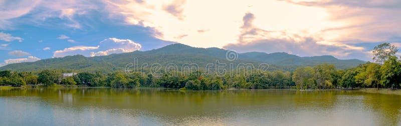 Panoramische foto van meer en berglandschap met mooie hemel stock afbeeldingen