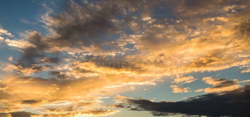 Panoramische gouden zonsondergang met dramatische wolken royalty-vrije stock foto