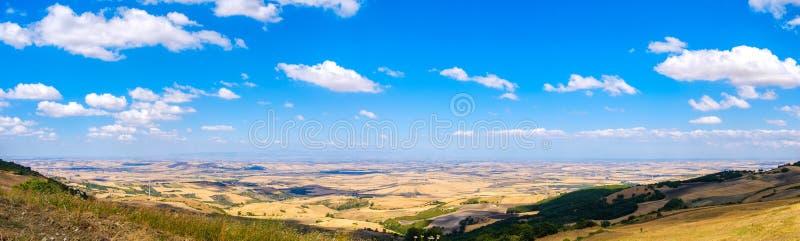 Panoramische het beeldvlakte van Tavoliere delle Puglie in Apulia - Foggia stock fotografie