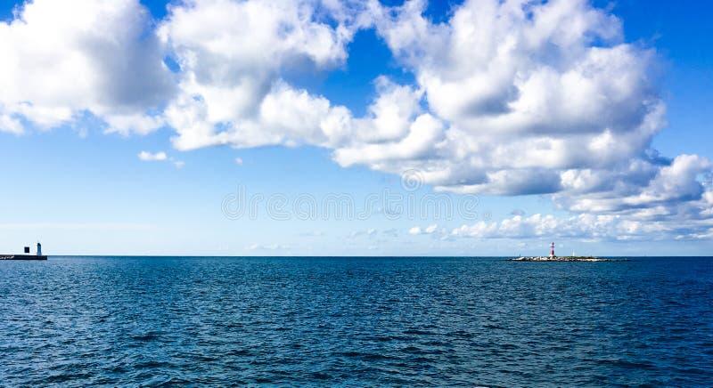 Panoramische Horizonte von blauem Meer lizenzfreie stockbilder