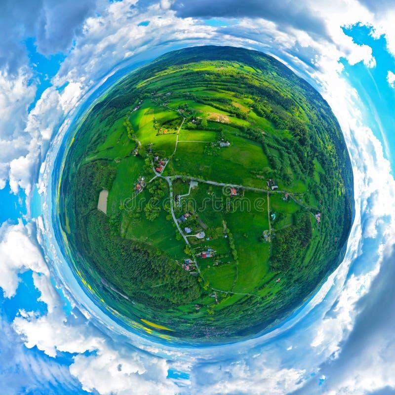 Panoramische kleine Ansicht des Planeten Luft-360 über sudety Berge mit touristischer Stadt im Tal umgeben durch Wiesen, Wald und lizenzfreies stockbild