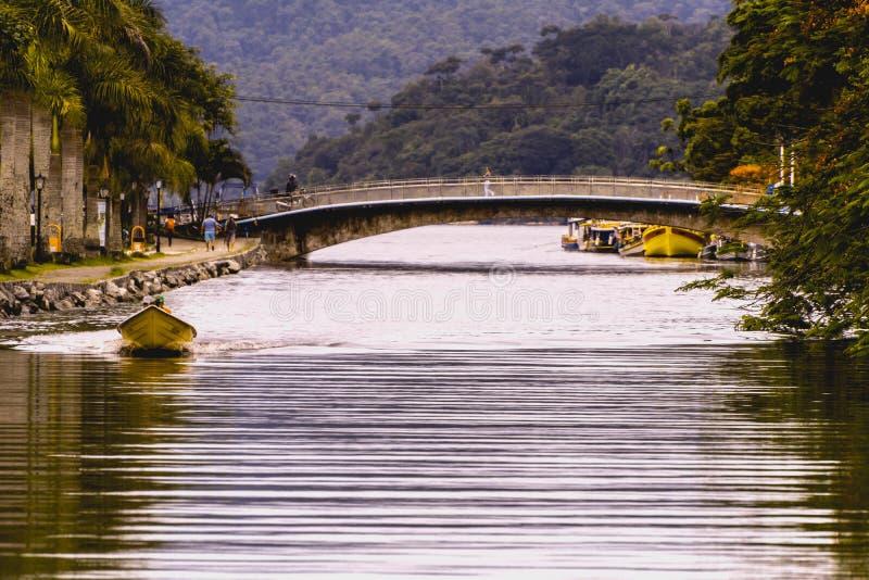 Panoramische kleurrijke mening van de stad van Paraty, Brazilië, dichtbij de rivier met een motorboot royalty-vrije stock foto