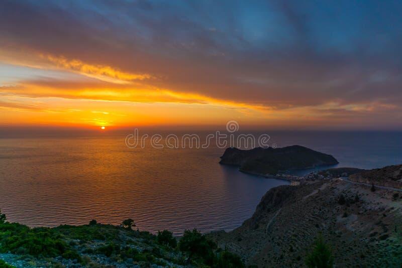 Panoramische kleurrijke zonsondergangmening in Assos-schiereiland van Kefalonia Griekenland stock afbeeldingen