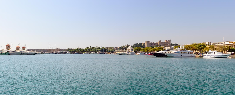 Panoramische Landschaft des Rhodos-Stadthafens Mittelmeer, Rhodos-Insel, Griechenland stockbild