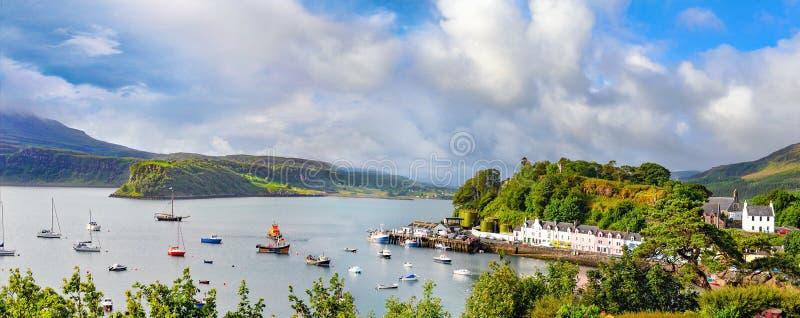 Panoramische Landschaft mit Booten, Yachten und Segelbooten in Portree lizenzfreies stockbild