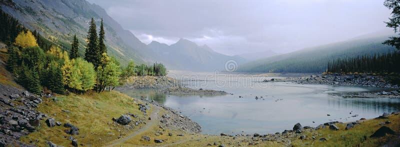 Panoramische Landschaft von nebelhaftem See mit Herbstlaub lizenzfreies stockbild