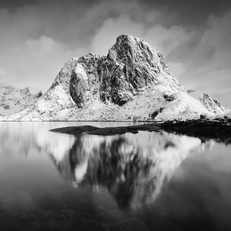 Panoramische Landschaft, Winterberge und Fjordreflexion im Wasser Norwegen, die Lofoten-Inseln Bunter Wintersonnenuntergang stockfoto