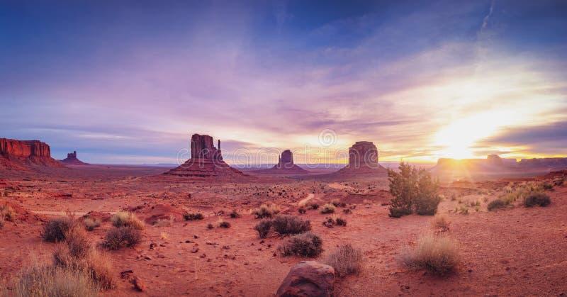 Panoramische Landschaftsansicht des Monumenttales bei Sonnenaufgang, Utah stockbild