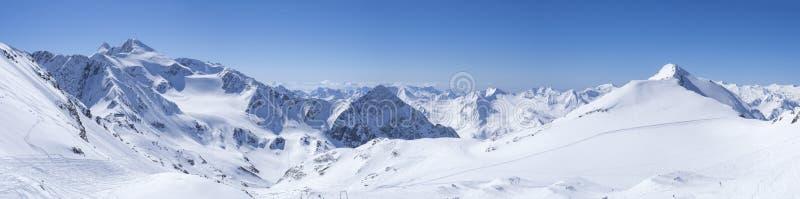 Panoramische Landschaftsansicht von der Spitze von Schaufelspitze auf Winterlandschaft mit Schnee bedeckte Berghänge und Pistes a stockbild