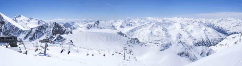 Panoramische Landschaftsansicht von der Spitze von Wildspitz auf Winterlandschaft mit Schnee bedeckte Bergh?nge und Pistes und lizenzfreies stockfoto