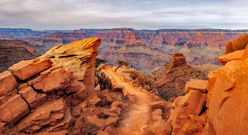 Panoramische Landschaftsansicht von Grand Canyon mit Person für Skala, USA lizenzfreies stockfoto