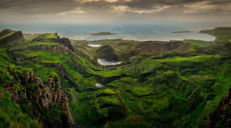 Panoramische Landschaftsansicht von Quiraing-Küstenlinie in den schottischen Hochländern, Schottland, Großbritannien stockfotos