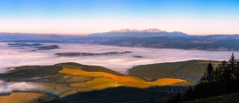 Panoramische Landschaftsansicht von Wiesen, von Schloss und von Gebirgszug, Slowakei lizenzfreies stockbild