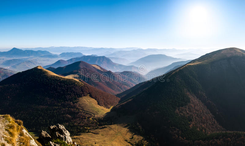 Panoramische landschapsmening van mooie de herfstheuvels en bergen royalty-vrije stock afbeeldingen