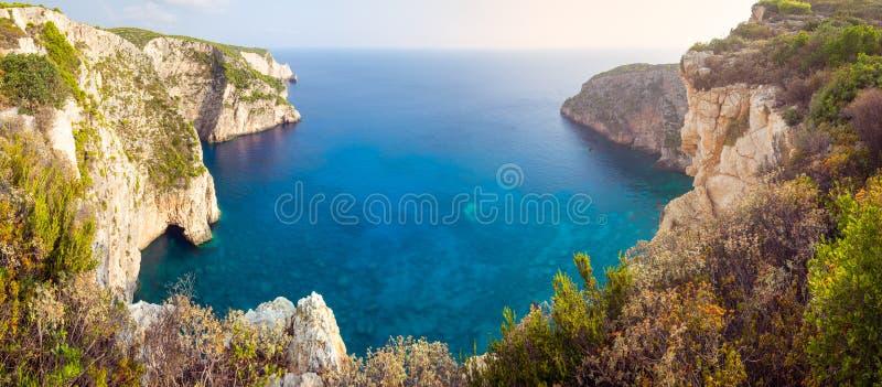 Panoramische landschapsmening van oceaanklippen en rotsvormingen in Zakynthos royalty-vrije stock afbeelding