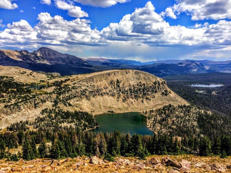 Panoramische Landschapsmening van Uinta-Bergen, wolken, meren en bos, Utah, de V.S., America West royalty-vrije stock fotografie