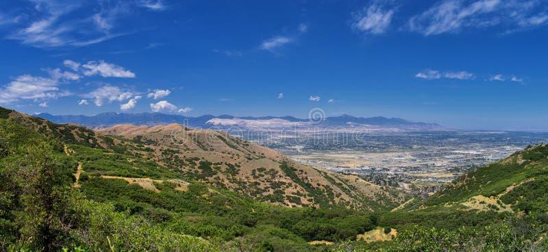Panoramische Landschapsmening van Wasatch Front Rocky en Oquirrh-Bergen, Rio Tinto Bingham Copper Mine, de Vallei van Great Salt  royalty-vrije stock afbeelding