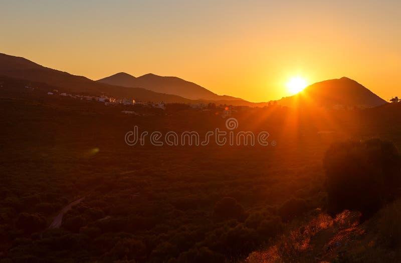Panoramische landschapsmening van wijngaard, groene heuvels en landweg in Kreta, Griekenland Levendige kleuren stock afbeeldingen