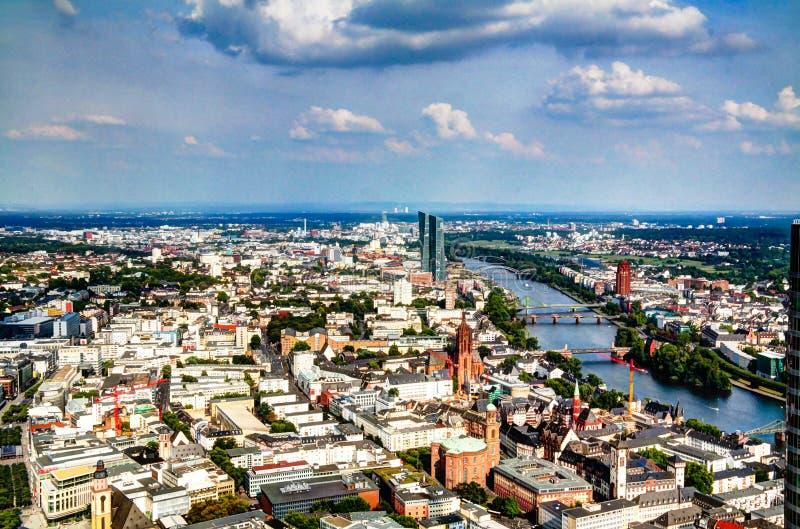 Panoramische luchtcityscape van de stad van Frankfurt-am-Main en rivierleiding, Hesse, Duitsland royalty-vrije stock fotografie