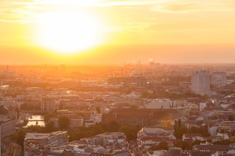 Panoramische luchtmening over Berlijn in romantische kleurrijke zonsondergang royalty-vrije stock foto's