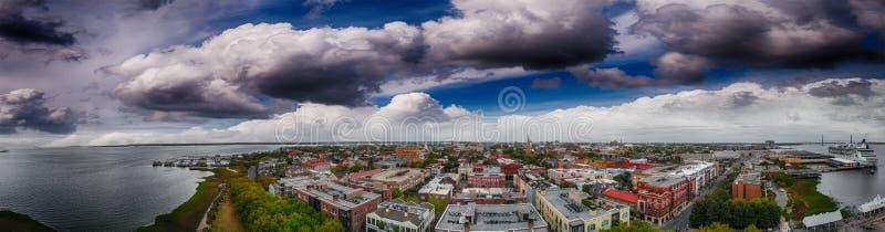 Panoramische luchtmening van de kustlijn van Charleston bij schemer, Sc - de V.S. stock afbeelding
