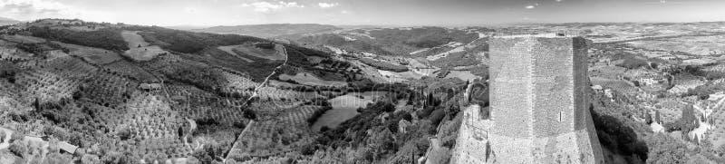Panoramische luchtmening van de Oude Toren van Castiglione Dorcia en mede stock foto