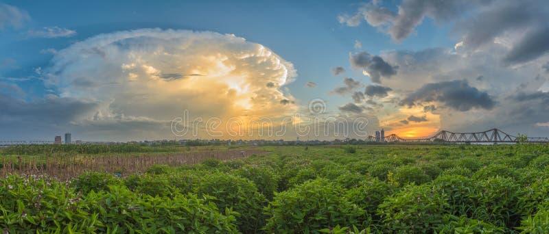 Panoramische malerische Landschaft langer Bien-Brücke schaut von einem Gemüsefeld in einem bunten Sonnenuntergang Vietnamesisch:  lizenzfreie stockbilder